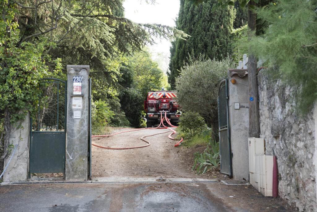 pompiers13-actualites-A-51-:-le-feu-de-véhicule-se-propage-à-la-végétation